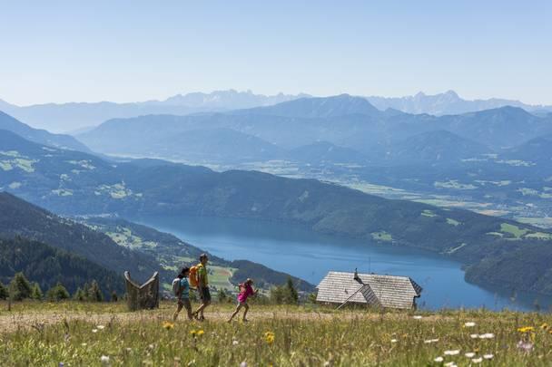 <p>Alpe Adria Trail, Alexanderhütte mit Millstätter See</p>