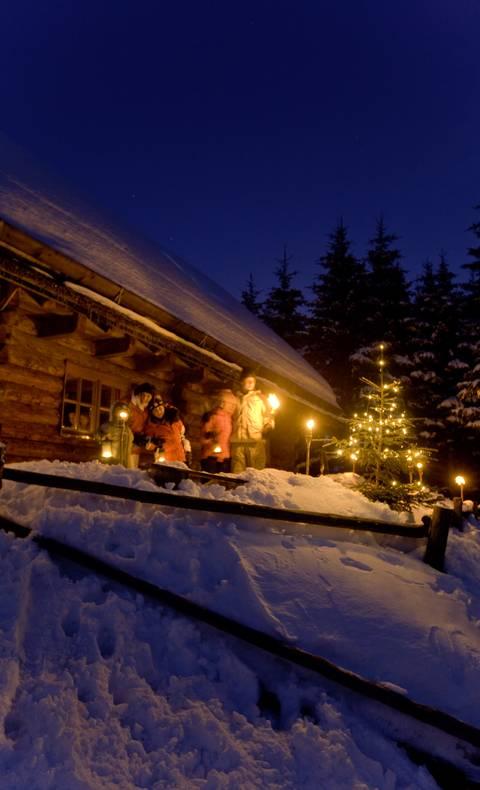 Urlaub am Bauernhof im Winter bei Nacht