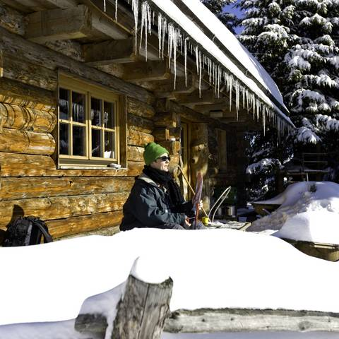 Rast vor der Hütte im Schnee
