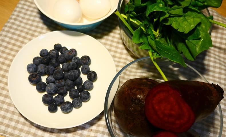 Eierfaerben mit Naturfarben