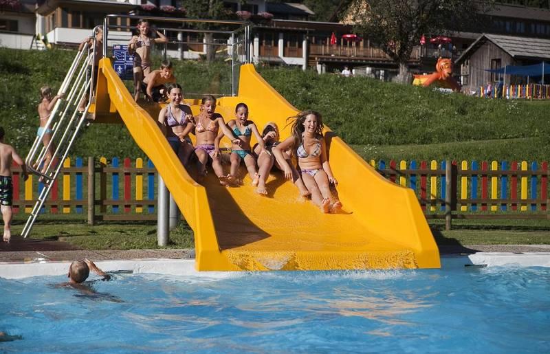 Beheiztes Freibad mit Breitwasserrutsche