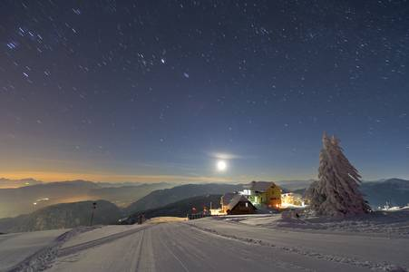 Jazda na nartach i obserwowanie gwiazd