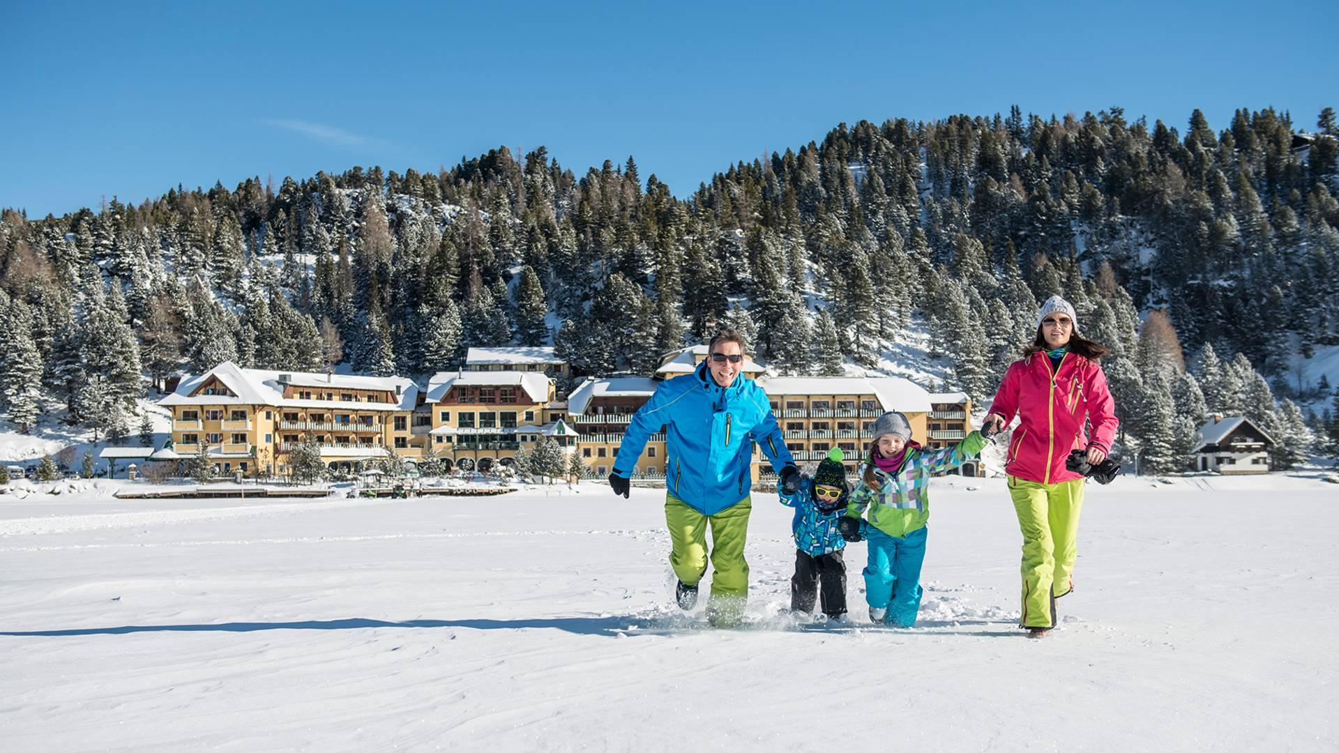 Seehotel Jaegerwirt auf der Turracher Hoehe_Familie im Schnee