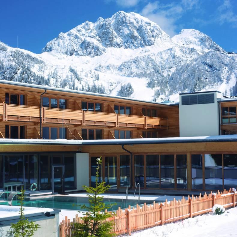 Nassfeld Falkensteiner Hotel Sonnenalpe Winter Pool aussen
